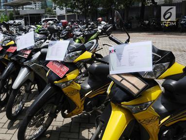 Petugas mengecek kondisi motor operasional KPK yang akan dilelang di Gedung KPK Lama, Jakarta, Selasa (27/2). KPK akan melelang kendaraan operasional inventaris yang telah berumur di atas 10 tahun. (Liputan6.com/Helmi Fithriansyah)