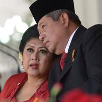 Presiden ke-6 RI Susilo Bambang Yudhoyono (SBY) bersama istri, Ani Yudhoyono memegang padi yang baru saja dipanen saat kunjungan di Karawang, Jawa Barat, 16 April 2013. (AFP PHOTO/PRESIDENSBY)