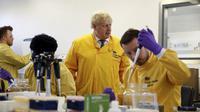 Perdana Menteri Inggris Boris Johnson mengunjungi laboratorium di Layanan Infeksi Nasional Inggris Kesehatan Masyarakat, setelah lebih dari 10 pasien Virus Corona diidentifikasi di Inggris, di Colindale, London utara, Minggu, 1 Maret 2020. (Henry Nicholls / Pool Foto via AP)