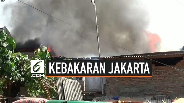 Kebakaran terjadi di kawasan padat penduduk di Cipinang Besar Jakarta Timur. 9 rumah dilaporkan hangus terbakar. lokasi yang sempit menyulitkan petugas Damkar menuju lokasi. warga secara swadaya berusaha memadamkan api.