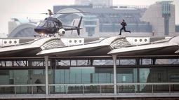 """Aktor Tom Cruise saat mengejar helikopter dalam adegan syuting film """"Mission: Impossible"""" 6  di sepanjang Jembatan Blackfriars di London, Inggris (14/1). Film ini di sutradarai Christopher McQuarrie. (Victoria Jones / PA via AP)"""