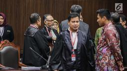 Ketua Tim Hukum Prabowo-Sandiaga, Bambang Widjojanto berunding usai hakim menskors sidang putusan hasil sengketa pilpres 2019 di Gedung Mahkamah Konstitusi (MK), Jakarta, Kamis (27/6/2019). Hakim Ketua Anwar Usman menskors sidang selama satu jam untuk istirahat dan salat. (Liputan6.com/FaizalFanani)