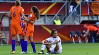 Ekspresi kecewa pemain Denmark, Nadia Nadim (kanan) usai laga final melawan Belanda pada Piala Eropa Wanita 2017 di FC Twente Stadium, Enschede, (6/8/2017). Belanda menang 4-1. (AFP/Tobias Schwarz)