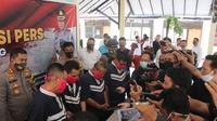 Polisi melakukan operasi tangkap tangan (OTT) empat orang wartawan abal-abal yang mengancam dan memeras kepala desa di Pemalang. (Foto: Liputan6.com/Humas Polres Pemalang)