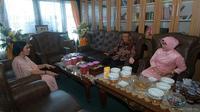 Calon Gubernur Kalimantan Barat (Kalbar) nomor urut dua, Karolin Margret Natasa mengunjungi kediaman pesaingnya Sutarmidji di Pilkada Kalbar di momen Hari Raya Idul Fitri. (Istimewa)
