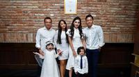 Setelah menikah, dua anak Anang dari pernikahan sebelumnya, Aurel dan Azriel, juga memiliki hubungan yang dekat dengan ibu sambungnya. Meski begitu, hubungannya dengan Krisdayanti juga tetap terjalin baik.  (Liputan6.com/IG/ashanty_ash)