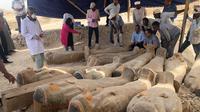 Pada Sabtu 19 Oktober 2019, para arkeolog membuka dua peti mati dari 30 mumi yang ditemukan pada awal tahun ini dengan perkiraan berusia 3.000 tahun. (Twitter/Kementrian Barang Antik Mesir)