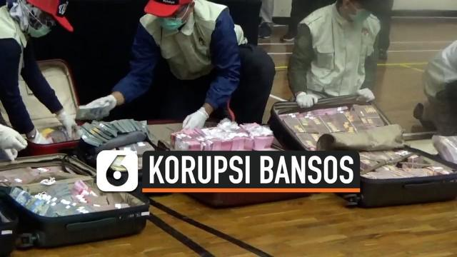 KPK perlihatkan uang miliaran rupiah yang disita dalam OTT kasus korupsi dana bantuan sosial Covid-19. Menteri Sosial Juliari Batubara ikut terseret dalam kasus ini dan ditetapkan sebagai tersangka.