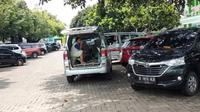 Mbah Lukitah, manula yang sakit tak diijinkan menunggu dekat IGD dan harus menunggu di tempat parkir RSUD RA Kartini Jepara, Senin (16/03/2020) (foto: Liputan6.com/felek wahyu)