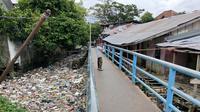 Tumpukan sampah menggenang di anak Sungai Musi di Kelurahan 29 Ilir Palembang (Liputan6.com / Nefri Inge)