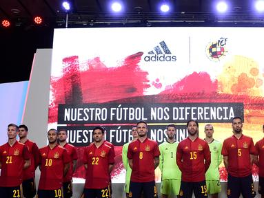 Para pemain Timnas Spanyol berpose saat launching jersey baru di Las Rozas, Madrid, Spanyol, Rabu (13/11). Jersey baru tersebut untuk menyambut Piala Eropa 2020. (AFP/Oscar Del Pozo)