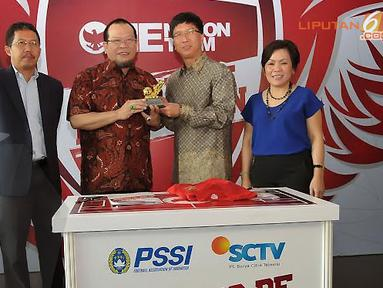 Sutanto Hartono memberikan kenang-kenangan kepada Wakil Ketua PSSI, La Nyalla Mattalitti saat penandatangan kerjasama di Senayan, Jakarta (Liputan6.com/Helmi Fithriansyah)