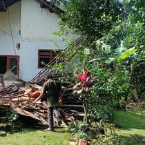 Rumah rusak setelah diguncang gempa 6,1 di Malang, Jawa Timur. (Dok BNPB)