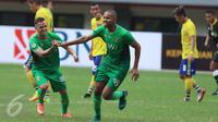 Penyerang Bhayangkara FC, Thiago Furtuoso Dos Santos (tengah) berlari merayakan gol ke gawang Persegres Gresik United pada lanjutan Liga 1 di Stadion Patriot Candrabhaga, Bekasi, Minggu (7/5). Bhayangkara FC unggul 2-1. (Liputan6.com/Helmi Fithriansyah)