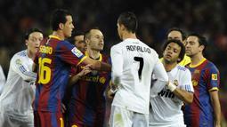 Barcelona vs Real Madrid. Jose Mourinho bersama Real Madrid kalah telak 0-5 dari tuan rumah Barcelona dalam laga El Clasico Liga Spanyol 2010/2011, 29 November 2010. Kapten Tim Real Madrid, Sergio Ramos diusir wasit di ujung laga akibat menendang Lionel Messi. (AFP/Javier Soriano)