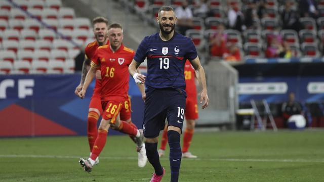 Ekspresi kecewa striker Prancis, Karim Benzema usai gagal mencetak gol ke gawang Wales lewat eksekusi penalti dalam laga uji coba menjelang berlangsungnya Euro 2020 di Allianz Riviera Stadium, Nice, Rabu (2/6/2021). Prancis menang 3-0 atas Wales. (AP/Daniel Cole)