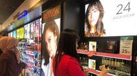 Customers memilih produk-produk cosmetics berkualitas selama gelaran Watsons Cosmetics Day berlangsung dari tanggal 28 November – 2 Desember 2018