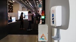 Cairan pembersih tangan dan indikator jumlah pengunjung di luar area ekshibisi dalam pameran IFA 2020 di Jerman pada 3 September 2020. Pameran perdagangan teknologi itu dibuka di Berlin pada Kamis (3/9) dengan skala yang diperkecil akibat krisis virus corona yang masih berlangsung (Xinhua/Shan Yuqi)