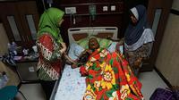 Mbah Gotho yang disebut sebagai manusia tertua sejagat asal Sambungmacan, Sragen, saat dirawat di rumah sakit. (Liputan6.com/Fajar Abrori)