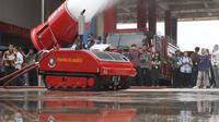 Petugas pemadam kebakaran mengoperasikan robot damkar jenis LUF 60 di kantor PKP DKI Jakarta, Kamis (13/2/2020). Robot damkar jenis LUF 60 seharga RP 8 miliar tersebut berfungsi untuk menyedot asap dan masuk lorong atau gang. (Liputan6.com/Herman Zakharia)