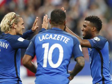 Para pemain Prancis merayakan gol Thomas Lemar (kanan) saat melawan Belanda pada kualifikasi Piala Dunia 2018 Grup A di Stade de France stadium, Saint-Denis, (31/8/2017). Prancis menang 4-0. (AP/Christophe Ena)