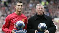 Gelandang Manchester United, Cristiano Ronaldo, bersama manajernya, Sir Alex Ferguson, menerima penghargaan pemain dan manajer terbaik Premier League di Stadion Old Trafford, Manchester, Minggu (13/4/2008). (AFP/Paul Ellis)