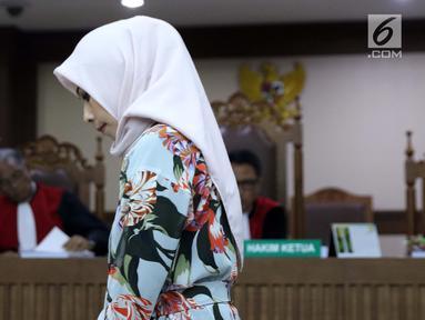 Terdakwa dugaan suap terhadap mantan anggota DPR dari Fraksi Golkar Bowo Sidik Pangarso yang juga Marketing Manager PT HTK, Asty Winasti saat sidang pembacaan tuntutan di Pengadilan Tipikor, Jakarta, Rabu (7/8/2019). Asty dituntut 2 tahun penjara, denda Rp 100 juta. (Liputan6.com/Helmi Fithriansyah)