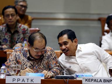 Kepala BNPT Komjen Pol Suhardi Alius (kanan), bersama Kepala PPATK Kiagus Ahmad Badaruddin (kiri) bersiap mengikuti rapat dengan Komisi III DPR di Kompleks Parlemen, Senayan, Jakarta, Selasa (19/9). (Liputan6.com/JohanTallo)