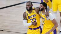 Ekspresi LeBron James dan Anthony Davis setelah LA Lakers mengalahkan Denver Nuggets pada laga di The Arena, Selasa (11/8/2020) pagi WIB. (Pool/ Getty Images North America/ Getty Images Via AFP)