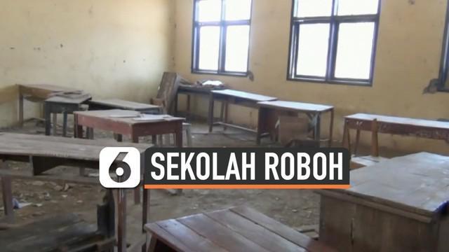 Bangunan sekolah di Subang kondisinya sangat memprihatinkan. Kelas akhirnya dikosongkan karena kondisinya berbahaya. Siswa terpaksa belajar di luar agar takut terluka,