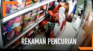 Rekaman CCTV menangkap momen gerombolan perempuan yang masuk ke dalam toko pakaian dan mencuri. Mereka menyembunyikan pakaiannya di dalam sari yang dipakai.