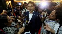 Ketua Banggar DPR Aziz Syamsuddin menjawab pertanyaan wartawan seusai mengikuti rapat Bamus di Kompleks Parlemen, Senayan, Jakarta, Senin (11/12). (Liputan6.com/Johan Tallo)