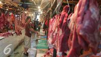 Aktivitas jual beli daging sapi di Pasar Senen, Jakarta, Jumat (5/8). Pemerintah mencabut ketentuan kewajiban importir daging untuk menyerap daging lokal sebanyak tiga persen dari total kuota impor yang diperoleh. (Liputan6.com/Angga Yuniar)