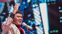 Gaya pedangdut Rhoma Irama saat tampil dalam acara Indonesian Dangdut Awards 2018 di Studio 5 Indosiar, Jakarta, Jumat (12/10). Rhoma Irama membawakan lagu Euphoria dan Musik. (Liputan6.com/Faizal Fanani)