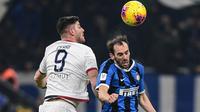 Bek Inter Milan, Diego Godin, duel udara dengan pemain Cagliari, Alberto Cerri, pada laga Coppa Italia di Stadion Giuseppe Meazza, Rabu (15/1/2020). Inter Milan menang 4-1 atas Cagliari. (AFP/Miguel Medina)