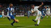 Pemain Real Madrid, Nacho Fernandez melakukan tendangan ke gawang Deportivo La Coruna dalam lanjutan La Liga Spanyol di Santiago Bernabue, Senin (22/1). Nacho Fernandez menyumbang dua dari tujuh gol kemenangan Real Madrid. (AP/Francisco Seco)