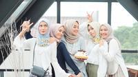 Para hijabers dengan style hijab andalannya. (via: Instgaram/@iymel)