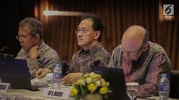Komisaris Utama EMTK, Eddy Kusnadi Sariaatmadja (tengah) saat menghadiri RUPST EMTK di SCTV Tower, Jakarta, Kamis (18/5). EMTK akan membagikan dividen sebesar Rp 40 per saham dari laba bersih tahun buku 2016. (Liputan6.com/Faizal Fanani)