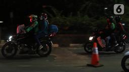 Pemudik motor melintasi di posko penyekatan mudik di Kedungwaringin, Kabupaten Bekasi, Jawa Barat, Minggu (9/5/2021). H-3 jelang Idul Fitri, petugas gabungan TNI, Polri, Dishub, dan Satpol PP memperketat penjagaan pemudik di perbatasan Kabupaten Bekasi-Karawang. (Liputan6.com/Herman Zakharia)