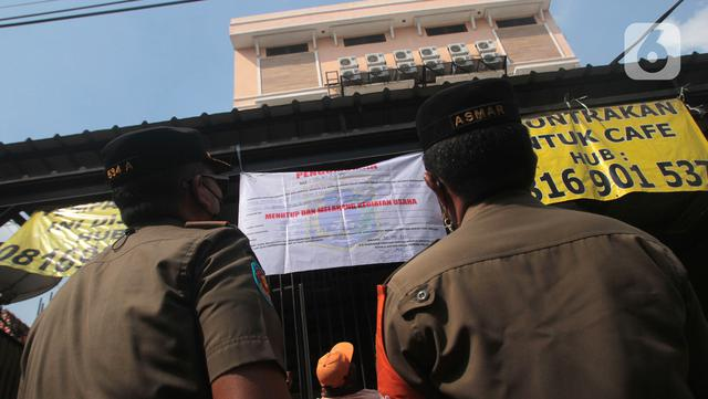 Petugas Sudin Parekraf Jakarta Barat bersama Satpol PP melakukan penyegelan Hotel Wisma Prima di Mangga Besar, Taman Sari, Jakarta Barat, Senin (31/5/2021). Hotel Wisma Prima ditutup atas rekomendasi pihak kepolisian. (Liputan6.com/Herman Zakharia)