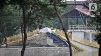 Kondisi jembatan pascaambruk di Hutan Kota Kemayoran, Jakarta, Minggu (22/12/2019). Sebelumnya jembatan yang berfungsi sebagai viewing deck ini merupakan salah satu fasilitas hutan kota yang baru diresmikan pihak Pusat PPK Kemayoran pada (21/12/2019). (Merdeka.com/Iqbal S. Nugroho)
