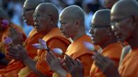 Sejumlah Biksu Buddha berdoa bersama saat merayakan Hari Raya Waisak di Wat Dhammakaya di provinsi Pathum Thani, Bangkok, Thailand, (1/6/2015). Waisak merupakan hari suci bagi umat beragama Buddha. (REUTERS/ Chaiwat Subprasom)