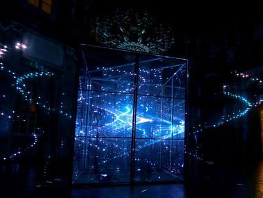 """Seorang pengunjung melihat instalasi """"Rezonator"""" pada acara Signal Light Festival di Prague, Rep. Ceko, (13/10). Signal Light Festival merupakan acara budaya yang paling banyak dikunjungi pengunjung di Republik Ceko. (REUTERS/David W Cerny)"""