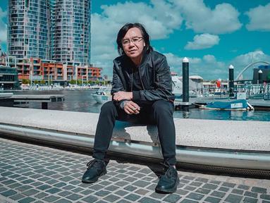 Pria kelahira Madiun, 17 Januari 1973 ini mengawali karier bermusiknya saat bersekolah di SMA 2 Surabaya. Saat itu, Ari membentuk Outsider Band bersama Wawan Juniarso (drummer Dewa 19 pertama) dan Piyu (gitaris Padi).  (Liputan6.com/IG/@ari_lasso)