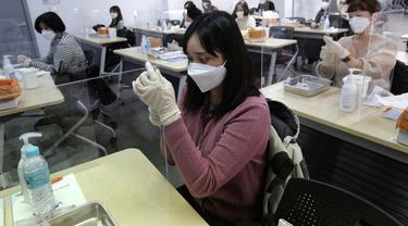 Petugas medis menghadiri pelatihan cara memberikan suntikan vaksin virus corona di Asosiasi Perawat Korea di Seoul, Korea Selatan (17/2/2021).  Korea Selatan berencana untuk memulai inokulasi virus COVID-19 dengan vaksin AstraZeneca pada 26 Februari mendatang. (AP Photo/Ahn Young-joon)