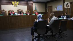 Suasana sidang lanjutan terdakwa kasus tindak pidana pencucian uang dan korupsi Tubagus Chaeri Wardana alias Wawan (kiri) di Pengadilan Tipikor, Jakarta, Jumat (14/2/2020). Sidang tersebut beragendakan pemeriksaan saksi yang dihadirkan dua orang saksi dari JPU KPK. (Liputan6.com/Angga Yuniar)