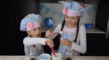 Dengan membuat tutorial memasak lewat youtube anak berusia 8 tahun ini telah menghasilkan 127 ribu dolar amerika atau sekitar 1,6 milyar rupiah setiap bulannya dari para pengiklan