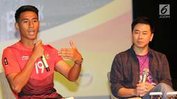Atlet Sepak Bola Indonesia, Hanif Sjahbandi (kiri) memberikan sambutan pada penutupan kampanye #IndonesiaKalahkanBatas, di Jakarta, Selasa (25/9). Kampanye tersebut berhasil mengumpulkan 2,1 juta dukungan untuk atlet Indonesia. (Liputan6.com/Fery Pradolo)
