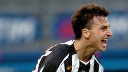 Zlatan Ibrahimovic merayakan gol yang dicetaknya ke gawang Chievo saat bermain untuk Juventus pada laga Liga Italia di Delle Alpi stadium, Turin 31 October 2004. (AFP/Paco Serinelli)