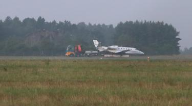 Pesawat Cessna 560XL yang terbakar saat mendarat terlihat di Bandara Aarhus di Tirstrup (6/8/2019). Penyanyi Pink yang usai mengadakan konser di Oslo malam termasuk di antara 10 penumpang dan awak berada di dalam pesawat tersebut. (Oexenholt Foto/Ritzau Scanpix/AFP)